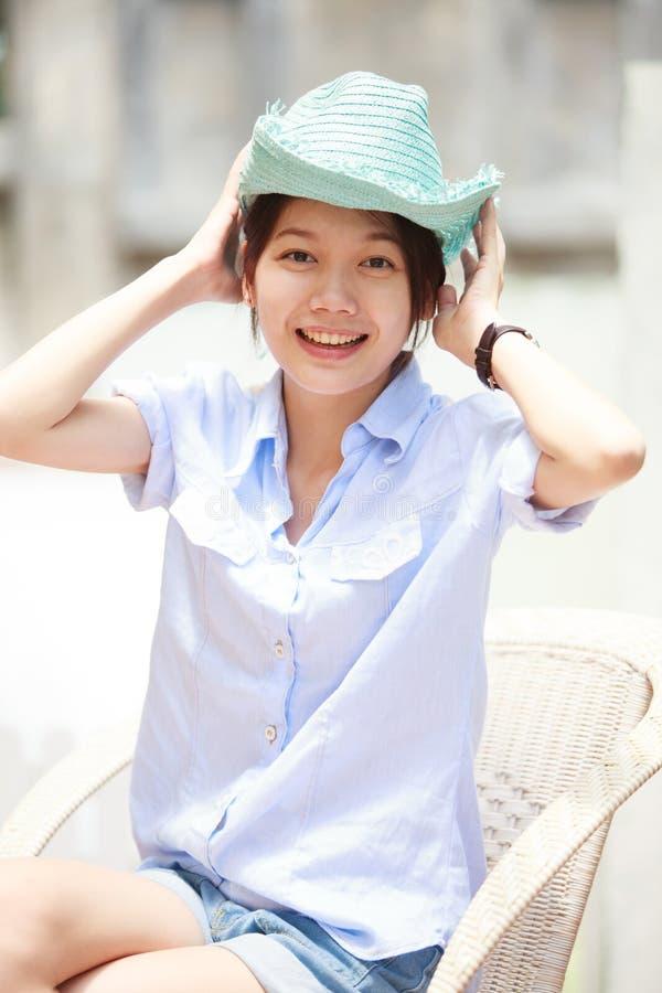 Azjatycka kobieta target404_0_ błękitny kapelusz z uśmiechniętą twarzą obrazy stock