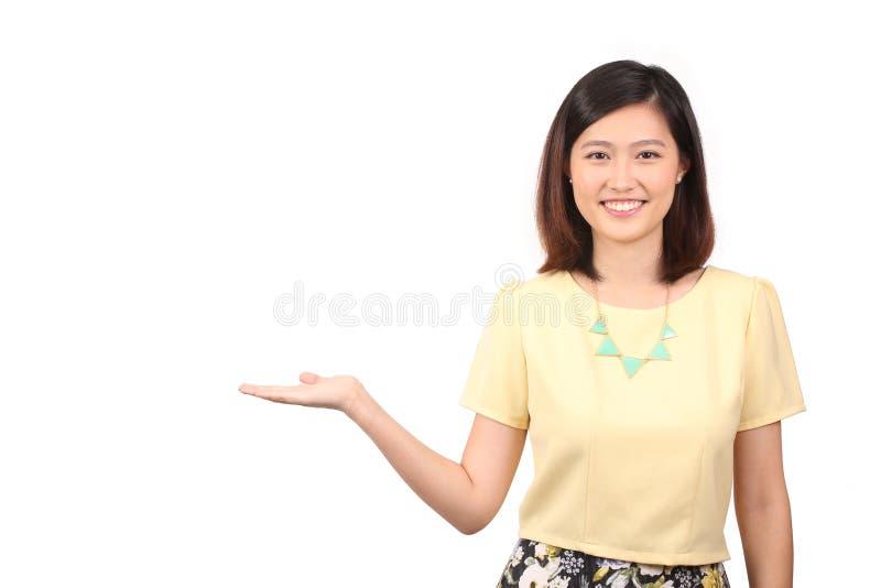 Azjatycka kobieta trzyma out palmy w przypadkowej odzieży fotografia royalty free