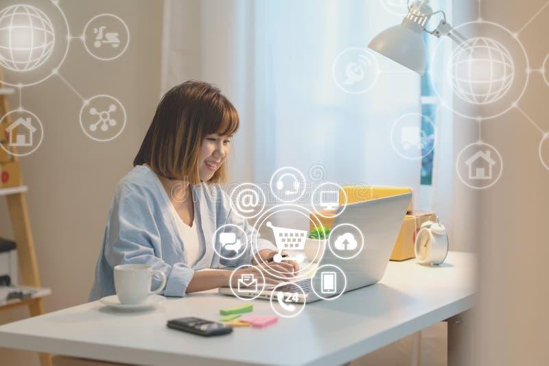 Azjatycka kobieta używa płatniczego zakupy z ikona klienta sieci związkiem na parawanowym online i łączący z laptopu lub komputer zdjęcia royalty free