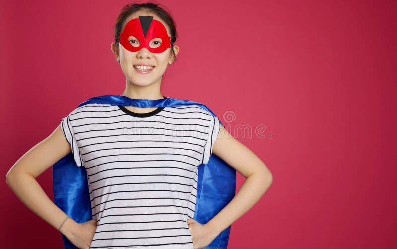 Azjatycka kobieta ubierał up jako super bohater obrazy stock