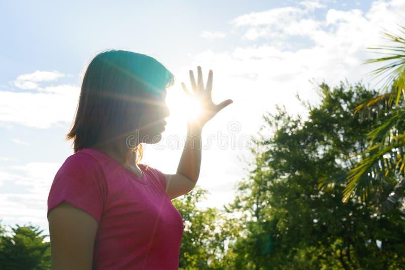 Azjatycka kobieta w gorącym lecie - upału uderzenia pojęcie fotografia stock