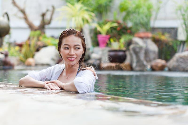 Azjatycka kobieta W Hotelowej Pływackiego basenu Relaksującej Urlopowej podróży, młoda dziewczyna Cieszy się zdrój zdjęcia stock
