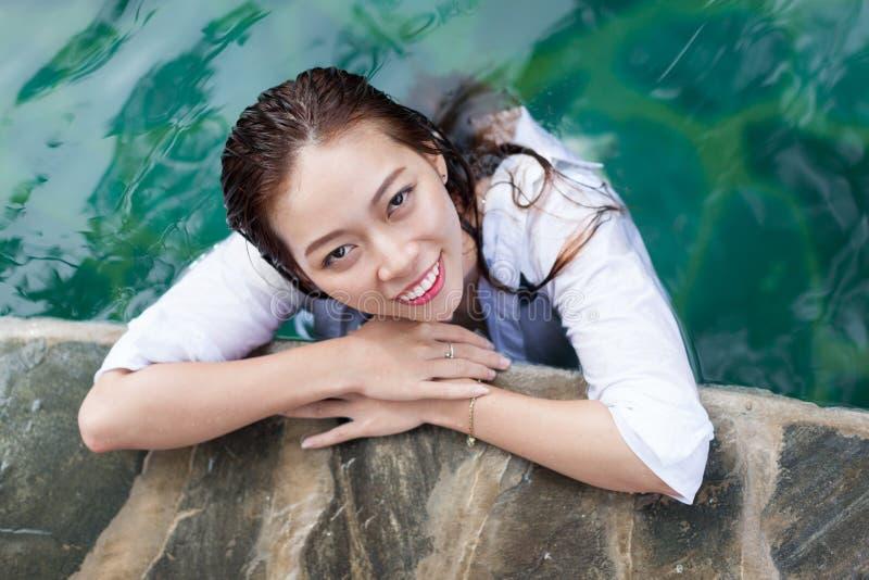 Azjatycka kobieta W Hotelowej Pływackiego basenu Relaksującej Urlopowej podróży, młoda dziewczyna Cieszy się zdrój obraz royalty free