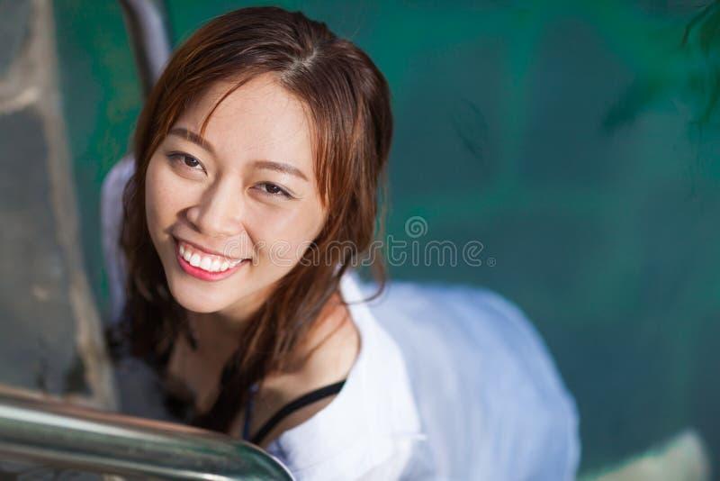 Azjatycka kobieta W Hotelowej Pływackiego basenu Relaksującej Urlopowej podróży, młoda dziewczyna Cieszy się zdrój zdjęcie royalty free