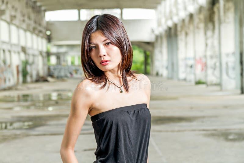 Azjatycka kobieta w resztkach stary budynek zdjęcie stock