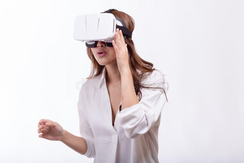 Azjatycka kobieta w rzeczywistości wirtualnej słuchawki obraz royalty free
