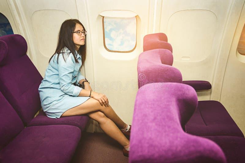 Azjatycka kobieta w samolocie zdjęcie stock