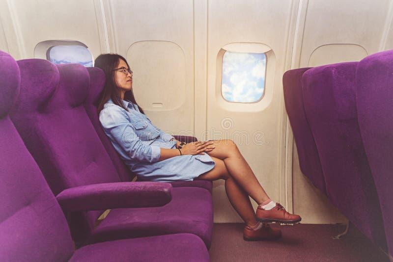Azjatycka kobieta w samolocie obrazy royalty free