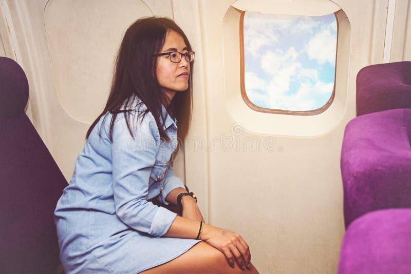 Azjatycka kobieta w samolocie zdjęcia royalty free