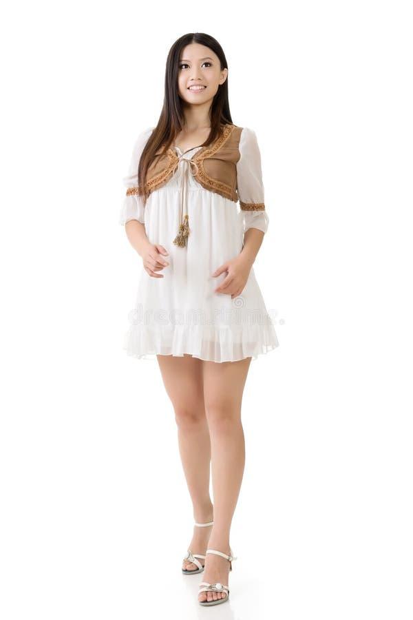 Azjatycka kobieta z bielu skrótu suknią zdjęcia royalty free