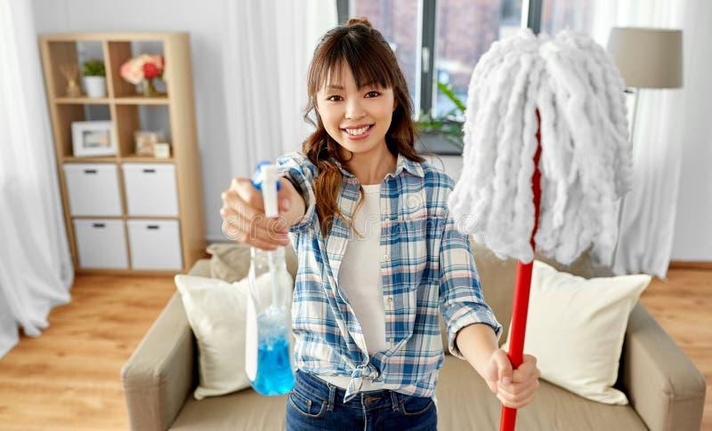 Azjatycka kobieta z kwaczem i detergentowym czyści domem zdjęcia royalty free
