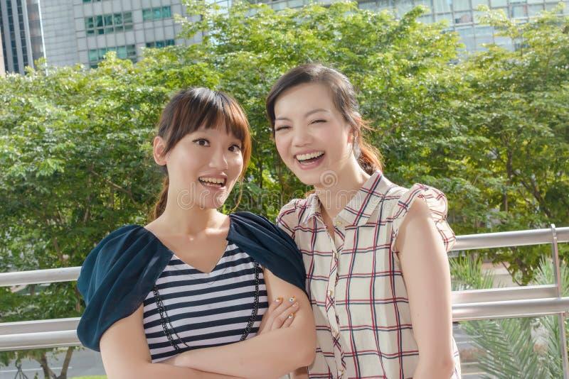 Azjatycka kobieta z przyjaciółmi fotografia royalty free