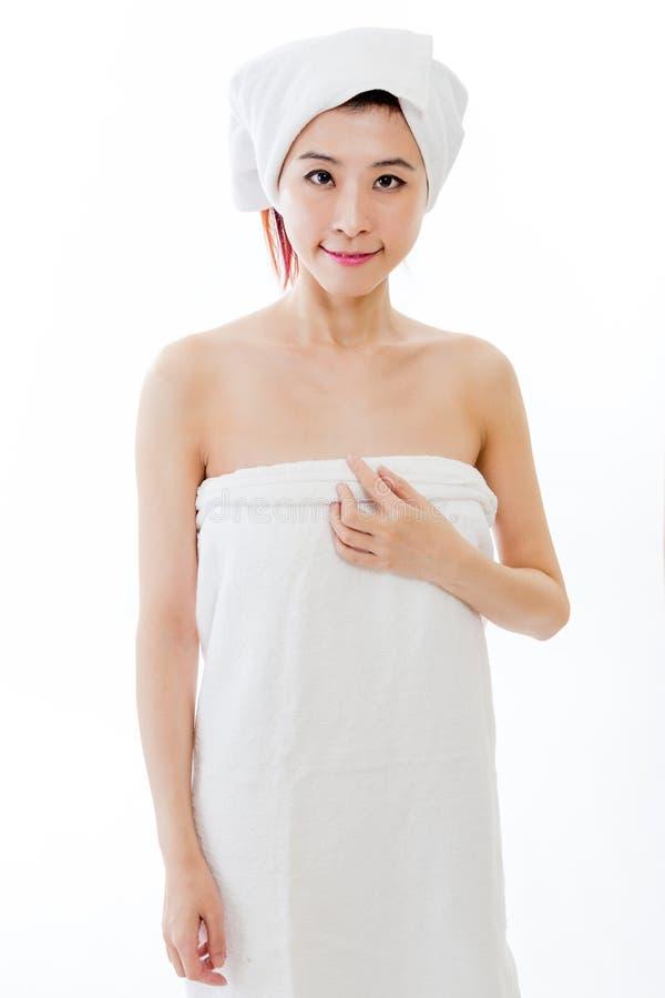 Azjatycka kobieta z ręcznikiem na głowie zdjęcie royalty free