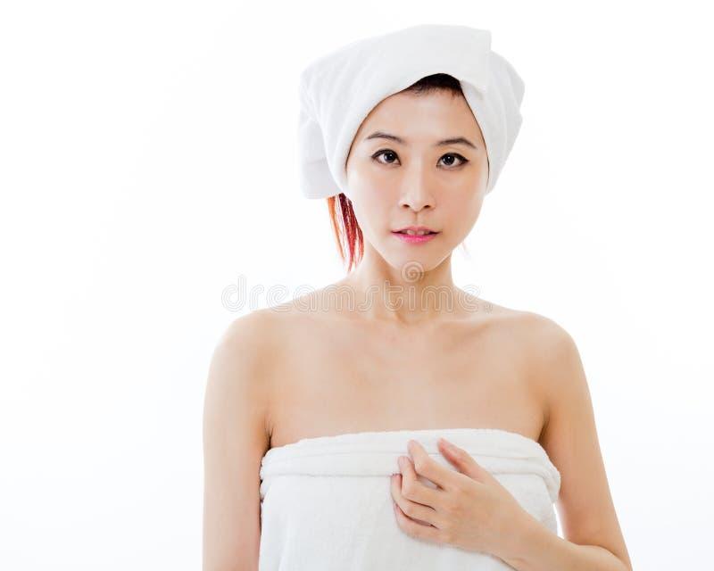 Azjatycka kobieta z ręcznikiem na głowie obraz stock