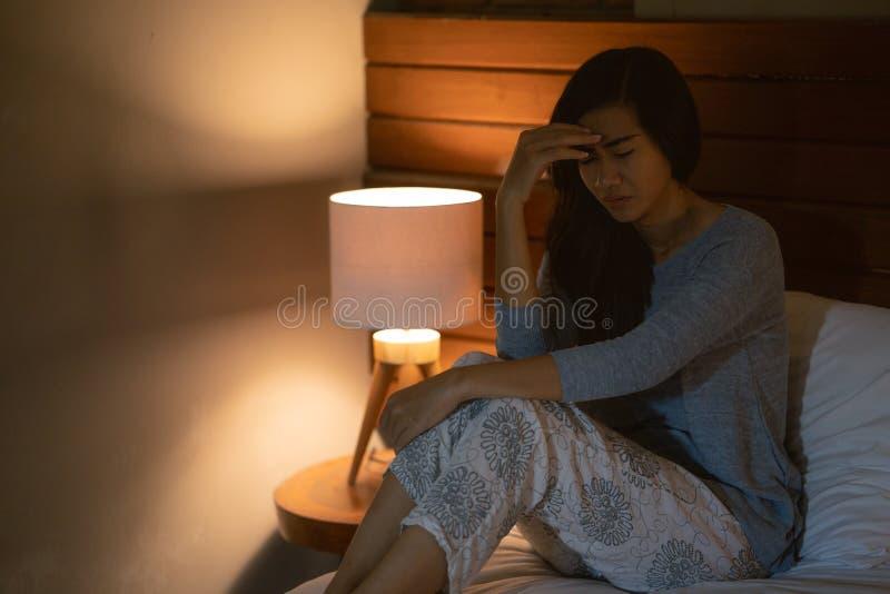Azjatycka kobieta z sen nieładem w łóżku zdjęcie royalty free