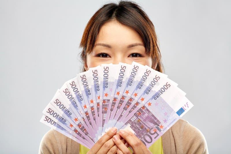 Azjatycka kobieta z setkami euro pieniędzy banknoty zdjęcia stock