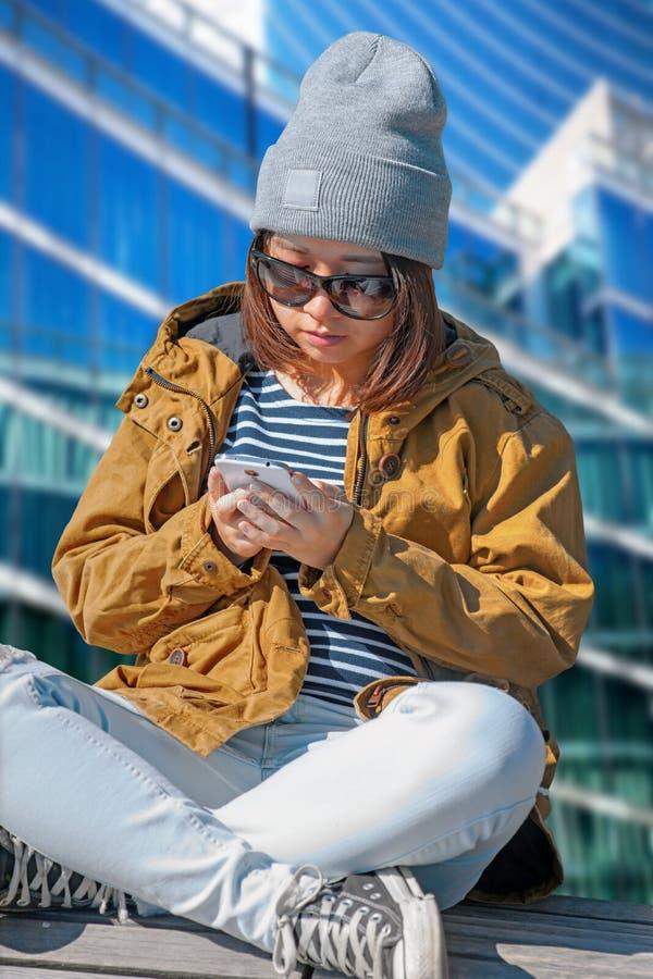 Azjatycka kobieta z telefonem komórkowym obraz royalty free