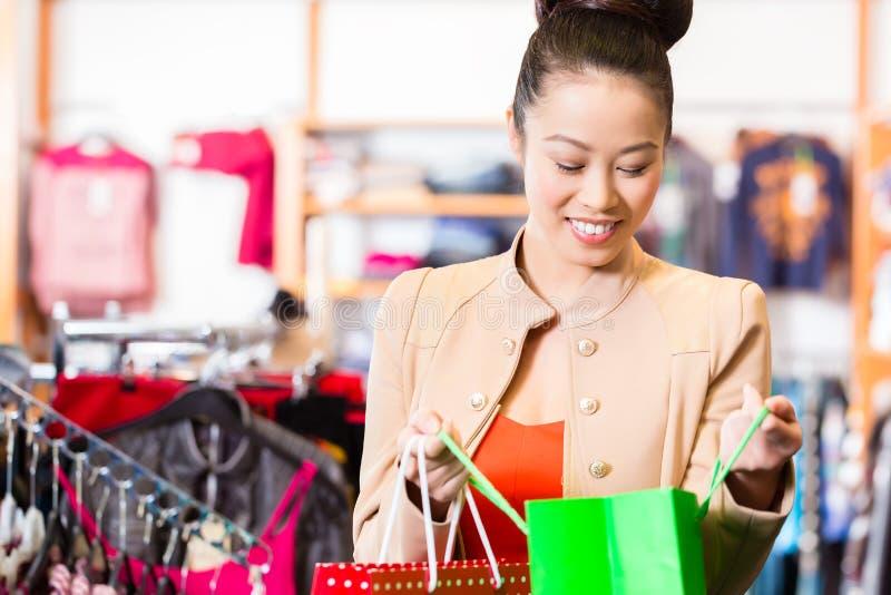 Azjatycka kobieta z torba na zakupy obrazy stock