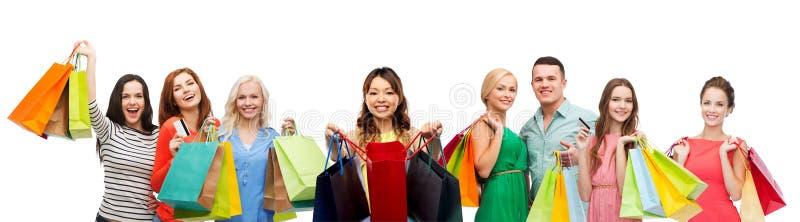 Azjatycka kobieta z torbami na zakupy i ludźmi zdjęcia royalty free