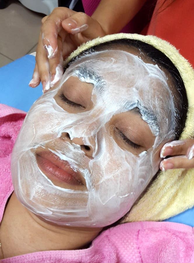 Azjatycka kobieta z twarzową maską obraz stock