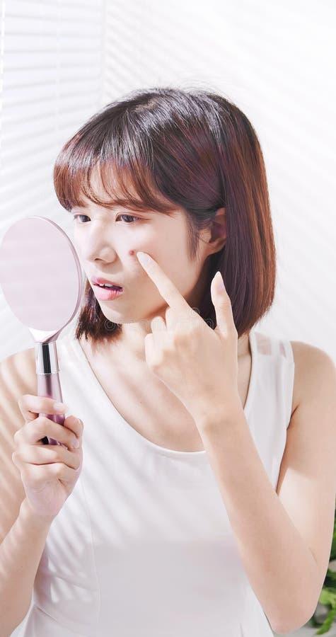 Azjatycka kobieta z wazeliniarską skórą obrazy stock