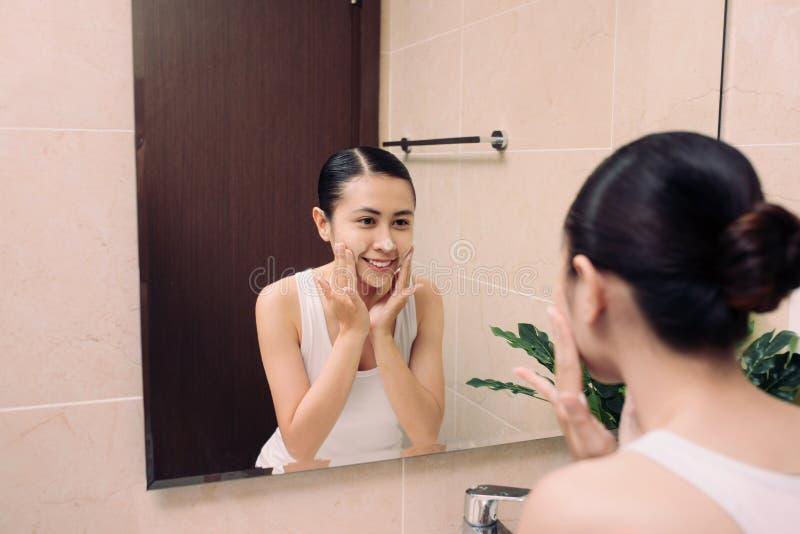 Azjatycka kobiety cleaning twarzy skóra ono cieszy się z bąbla cleansi obraz stock