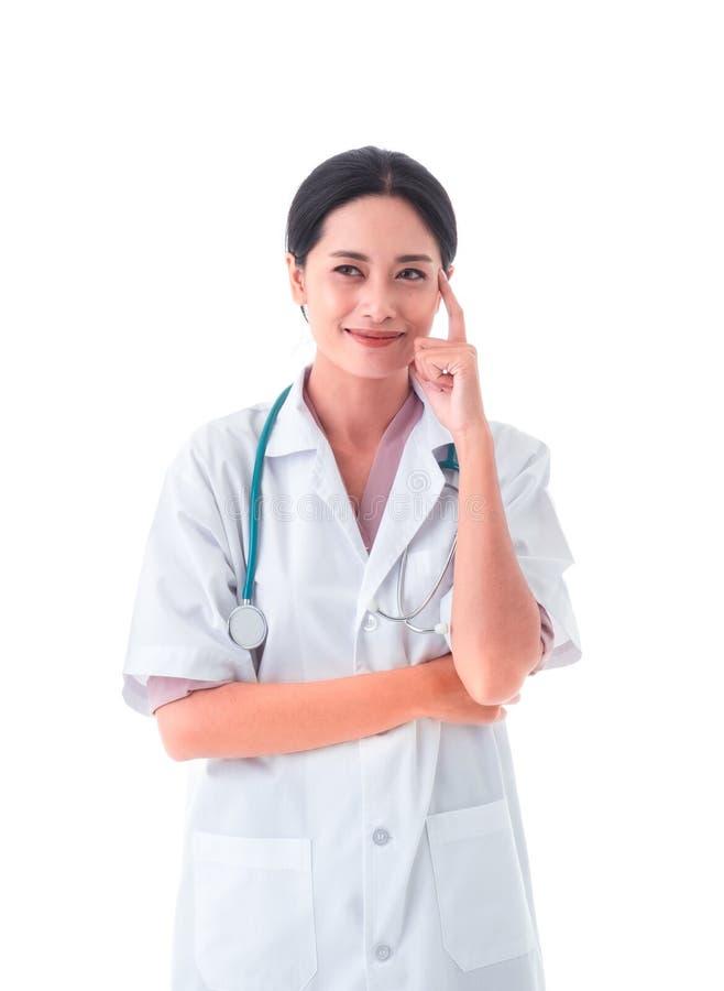 Azjatycka kobiety lekarka może myśleć nowi pomysły pojedynczy bia?e t?o obrazy royalty free