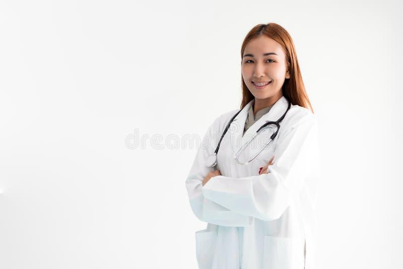 Azjatycka kobiety lekarka stoi ręki krzyżować z stetoskopem na białym tle Medyczny i opieka zdrowotna poj?cie Szpital i obrazy royalty free