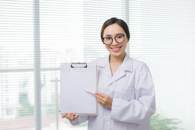 Azjatycka kobiety lekarki pozycja z falcówką przy szpitalem obrazy royalty free