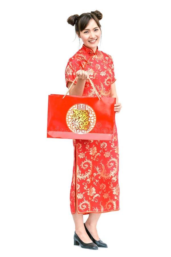 Azjatycka kobiety mienia torba na zakupy, kobiety odzieży cheongsam, chiński nowy rok obraz stock