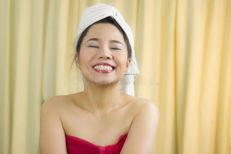 Azjatycka kobiety odzież spódnica zakrywać jej pierś po obmycie włosy, Zawijającego w ręcznikach Po prysznic obraz royalty free