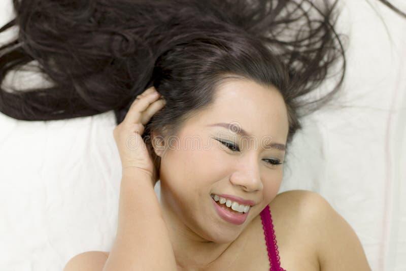 Azjatycka kobiety odzież spódnica zakrywać jej pierś po obmycie włosy, Zawijającego w ręcznikach Po prysznic zdjęcie royalty free
