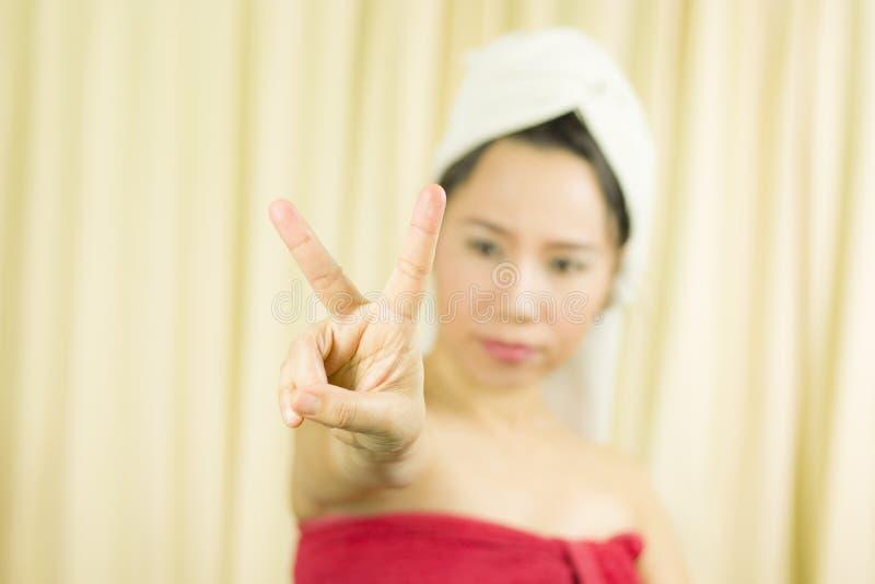 Azjatycka kobiety odzie? sp?dnica zakrywa? jej pier? po obmycie w?osy, Zawijaj?cego w r?cznikach Po tym jak prysznic i dawa? gest fotografia stock