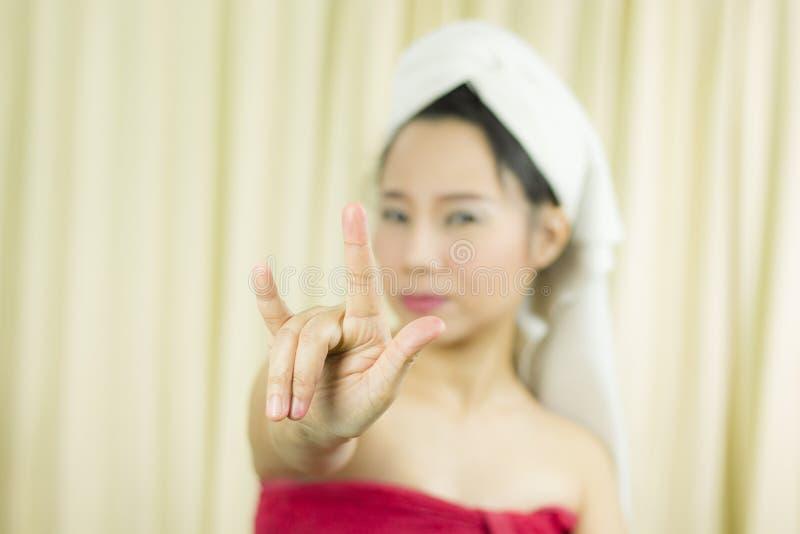 Azjatycka kobiety odzie? sp?dnica zakrywa? jej pier? po obmycie w?osy, Zawijaj?cego w r?cznikach Po tym jak prysznic i dawa? gest obrazy royalty free
