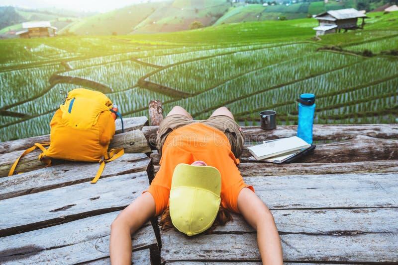 Azjatycka kobiety podr??y natura Podr?? relaksuje śpi czytelniczą książkę balkon kurort Widok pole na Moutain w lecie obrazy royalty free
