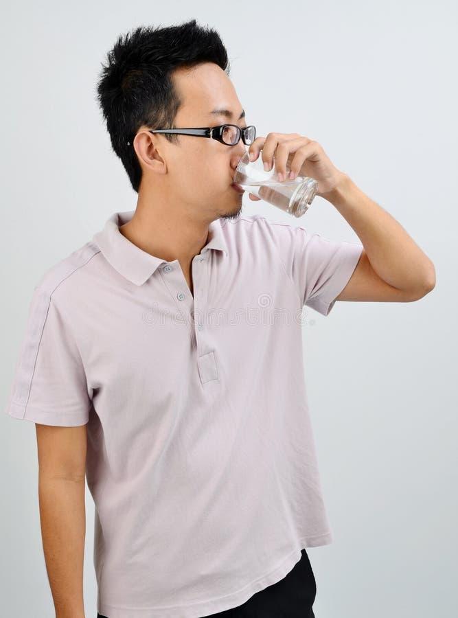Azjatycka męska woda pitna zdjęcia royalty free