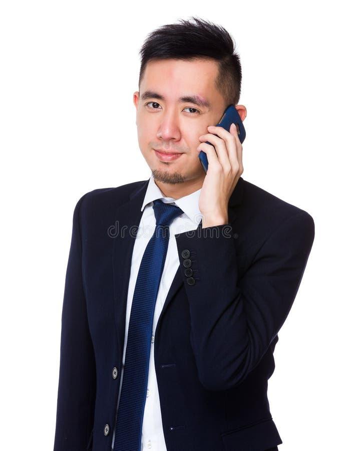 Azjatycka młoda biznesmen rozmowa telefon komórkowy zdjęcie stock