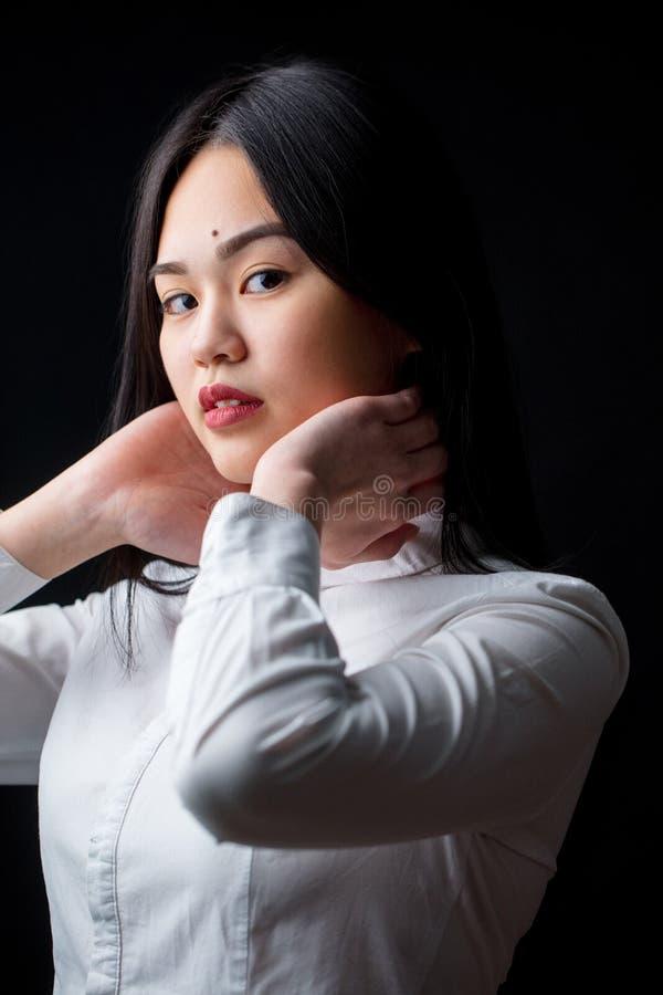Azjatycka młoda kobieta w bielu nad czarnym tłem Czerń i whit zdjęcia stock