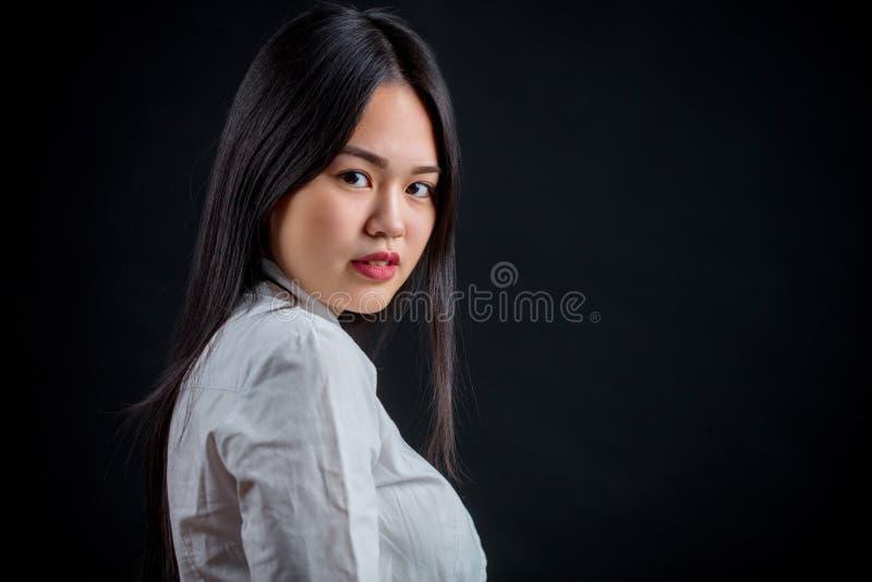 Azjatycka młoda kobieta w bielu nad czarnym tłem Czerń i whit obrazy stock