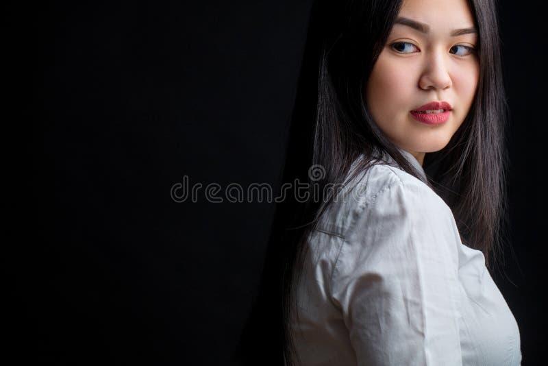 Azjatycka młoda kobieta w bielu nad czarnym tłem Czerń i whit fotografia stock