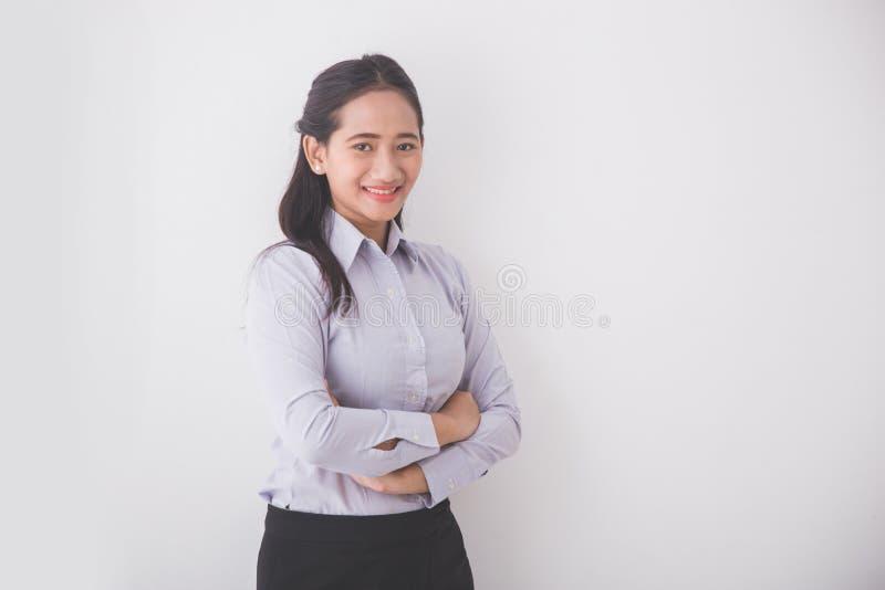 Azjatycka Młoda sekretarka ono uśmiecha się podczas gdy stojący w białym tle zdjęcie royalty free