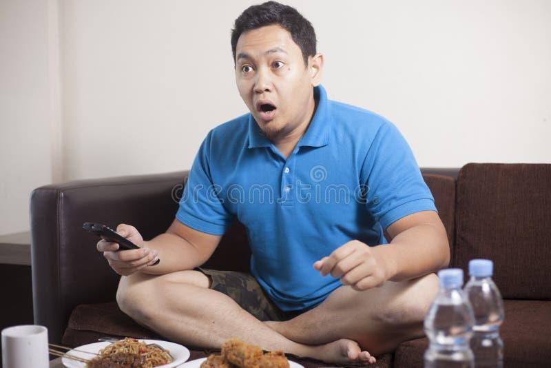 Azjatycka m??czyzny dopatrywania pi?ka no?na na TV zdjęcie royalty free