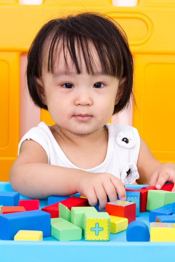 Azjatycka Mała Chińska dziewczyna Bawić się Drewnianych bloki obrazy stock