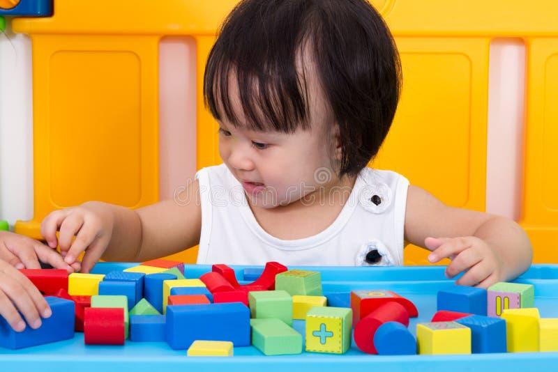 Azjatycka Mała Chińska dziewczyna Bawić się Drewnianych bloki zdjęcie stock