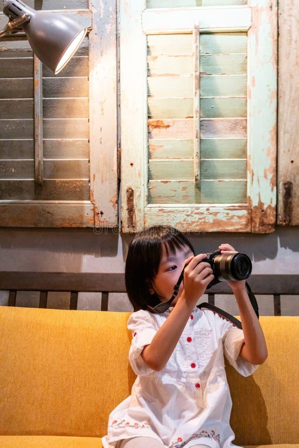 Azjatycka Mała Chińska dziewczyna bawić się kamerę zdjęcie royalty free