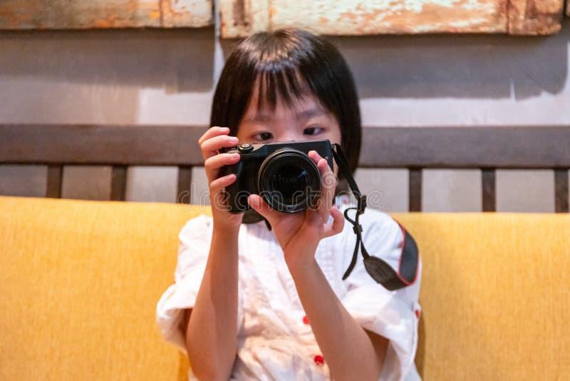 Azjatycka Mała Chińska dziewczyna bawić się kamerę zdjęcia stock