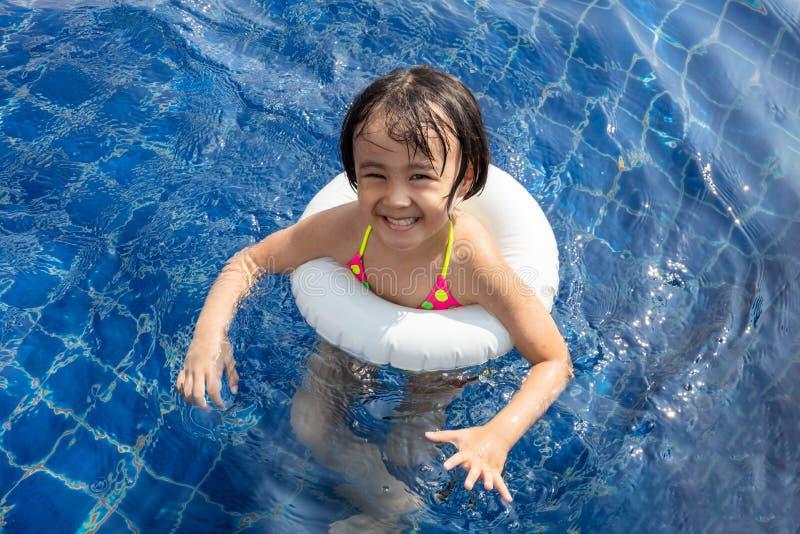 Azjatycka Mała Chińska dziewczyna Bawić się w Pływackim basenie obraz stock
