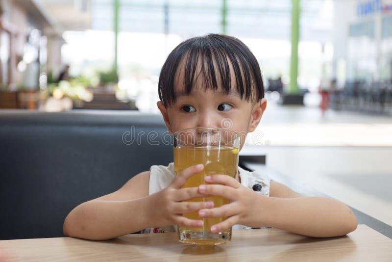 Azjatycka mała Chińska dziewczyna pije cytryny herbaty fotografia stock