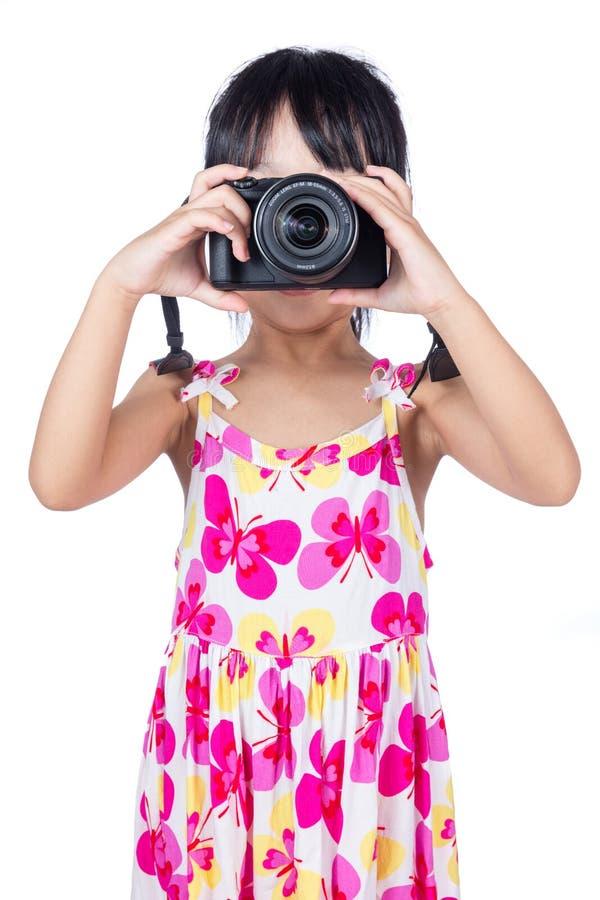 Azjatycka Mała Chińska dziewczyna trzyma kamerę zdjęcie stock
