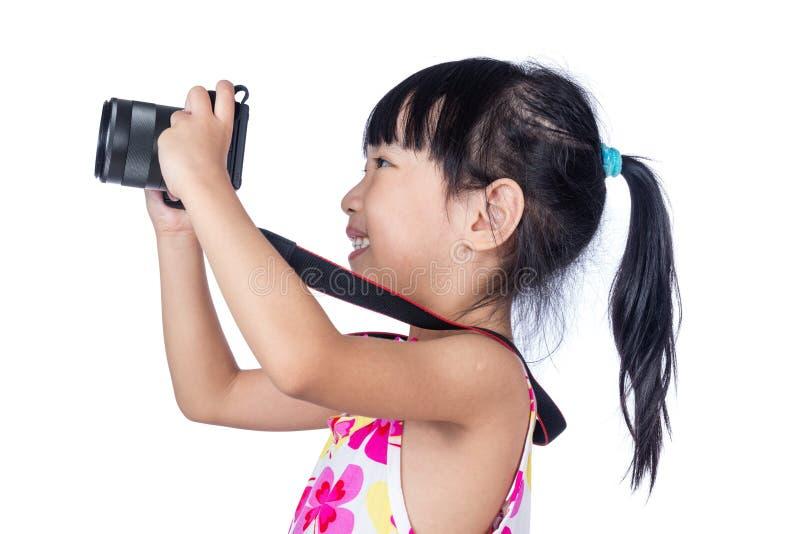 Azjatycka Mała Chińska dziewczyna trzyma kamerę obraz stock